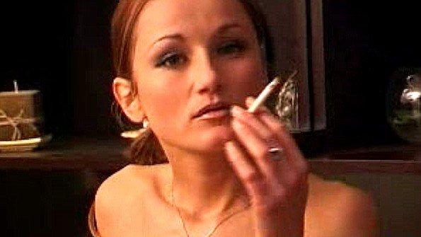 Сучка в чулках курит сигарету и показывает пизду с попкой