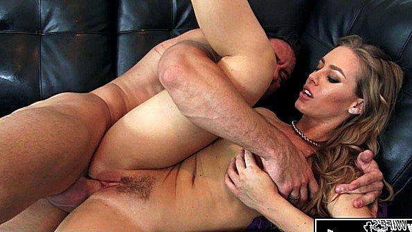 Дама с крупными дойками неистово трахается с другом своего мужа