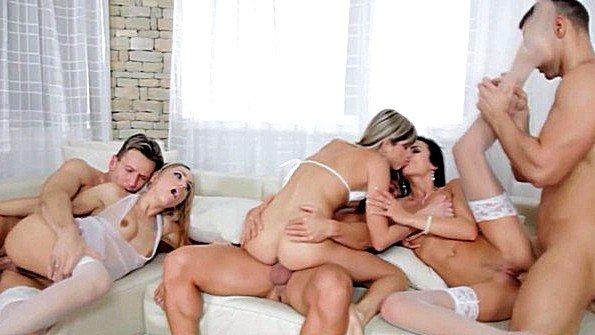 Красотки участвуют в необузданной оргии с парнями на диване