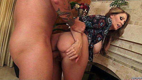 Жена со здорововыми сисями жестко ебется с ухажером дочери