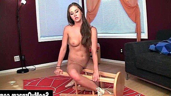 Девица играет с пиздищей и трет ту о ножку стула до полного экстаза
