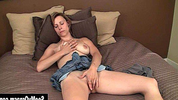 Мадам ласкает пелотку пальцами в кровати и смакует удовольствие