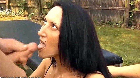 Две развратные дамы трахаются в саду с целой толпой мужиков