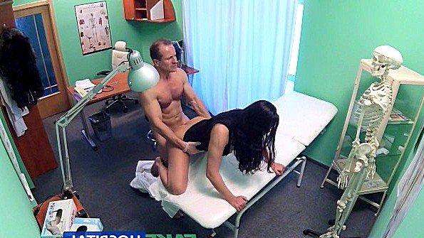 Доктор безжалостно ебет большегрудую пациентку после осмотра