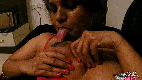 Индианка с массивными дойками рада развратно поласкать пизду