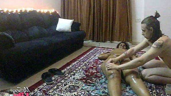 Делает на полу массаж голой индианке с большими грудями и ласкает пизду