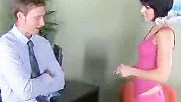 Доктор зверски трахает пациентку в кабинете после ее соблазна