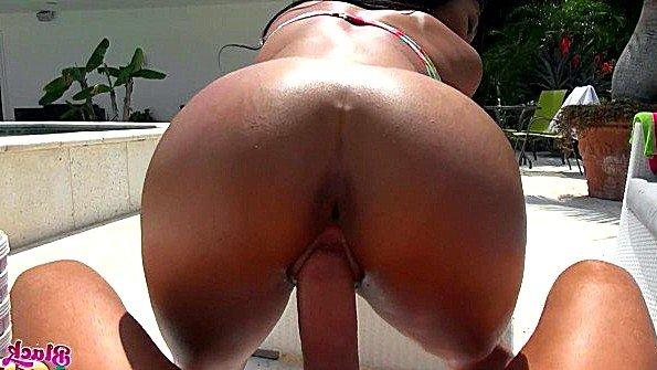Сексапильная негритянка в бикини рада насаживаться на хуй на улице