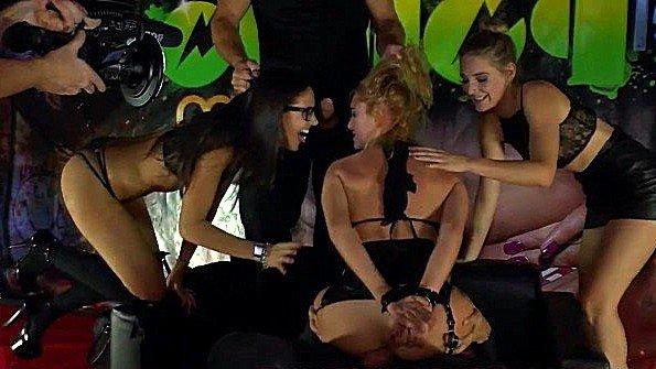 Публичная оргия в ночном клубе на глазах у всех посетителей