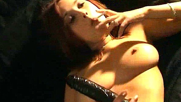 Шлюшка курит и грубо играется с вагиной до полного экстаза