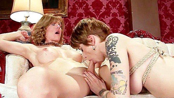 Транс вылизал пизду рабыне и грубо трахает своим членом