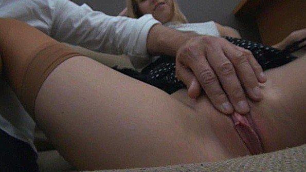 Кокетка раздвигает ножки и позволяет поласкать ей пизду пальцами