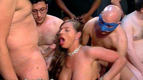 Замужняя баба агрессивно ебется с целой толпой крутых любовников