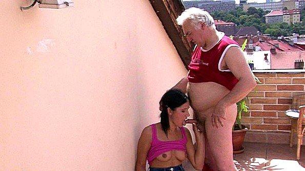 Старик трахает молодую соседку на балконе и наслаждается ее пиздой