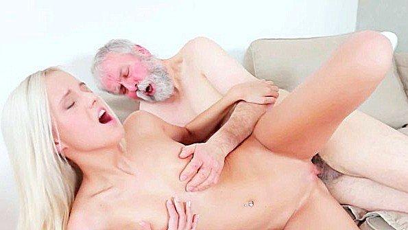 Старый похотливый мужик пристает к молодой девке и раскручивает на еблю