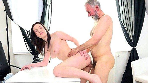Старый фотограф раскрутил девицу на съемку обнаженной и выебал