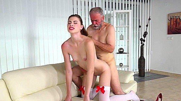 Старик хардкорно ебет похотливую молодую сучку на диване