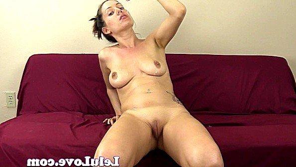 Матюра сидит голышом на диване и гладит свое тело перед сексом
