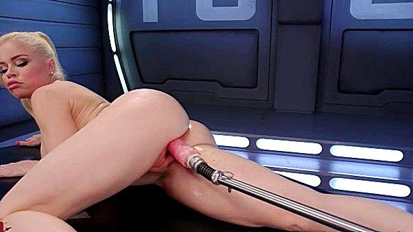 Гладит волосатку с помощью секс машины и балдеет от ощущений