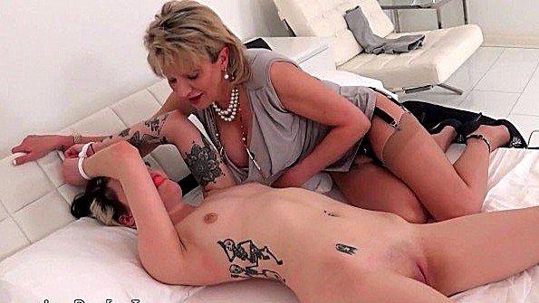 Сисястая госпожа доводит до экстаза свою скованную рабыню