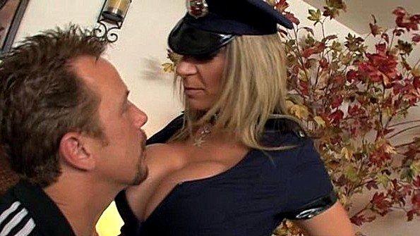 Замужняя полицейская с большими сиськами ебется с мужем