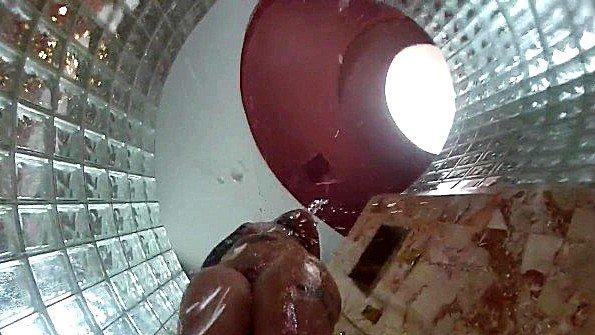 Скрытая камера в полу душа снимает мытье сиськастой девахи
