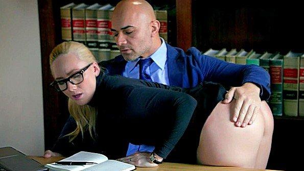 Похотливая секретарша трахается в анал со своим крутым боссом