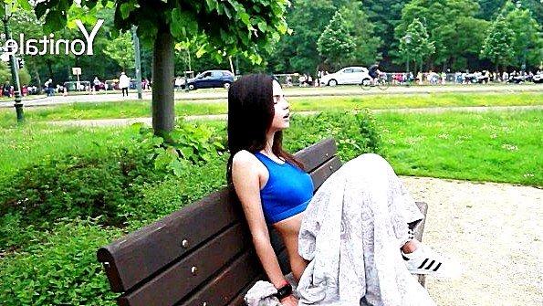 Девица чешет вагину на скамейке в парке и наслаждается ощущениями