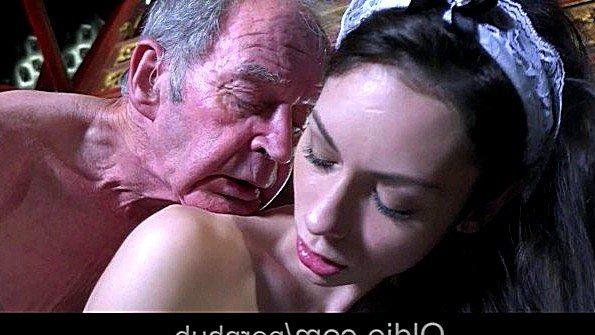 Дочь оделась горничной и жадно трахается в постели со своим отцом