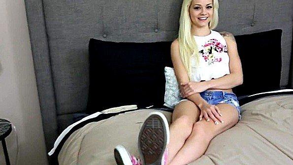Молодая барышня успешно распоряжается членом на порно кастинге