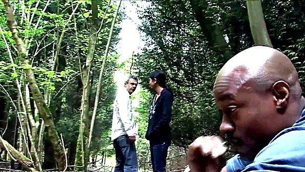 Девушка ебется в лесу с негром и развлекается с его черным хуем