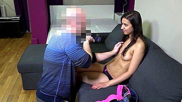 Старый мужик лапает молодую девку у себя в офисе и хочет поиметь
