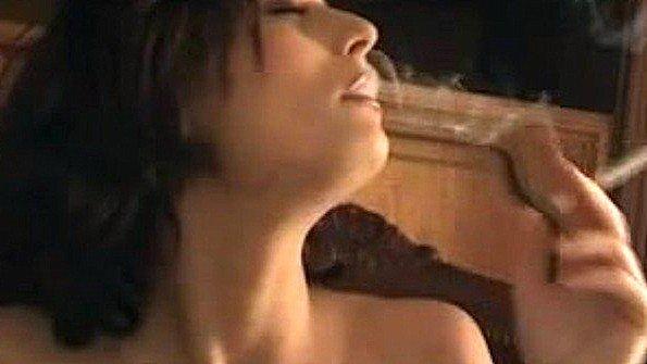 Голая девка в чулках курит и беспощадно ласкает себя рукой