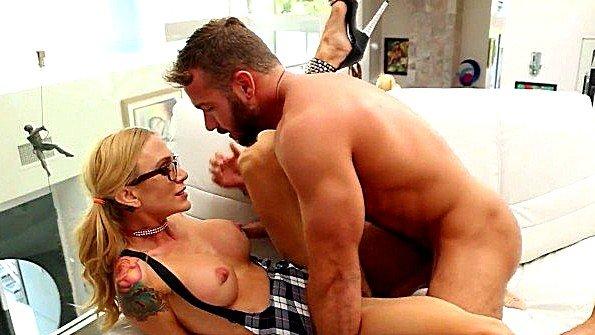 Сисястая дамочка яростно ебется со своим мускулистым любовником
