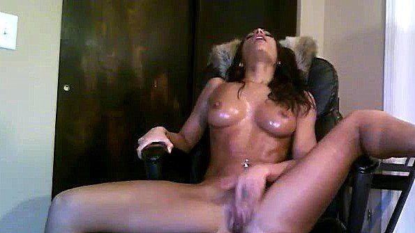 Сисястая домохозяйка сидит на стуле и интенсивно получает оргазмы