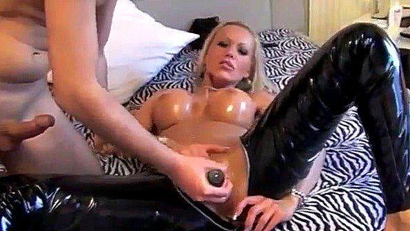 Замужняя тетка с большой грудью любит ебаться в кожаных штанах