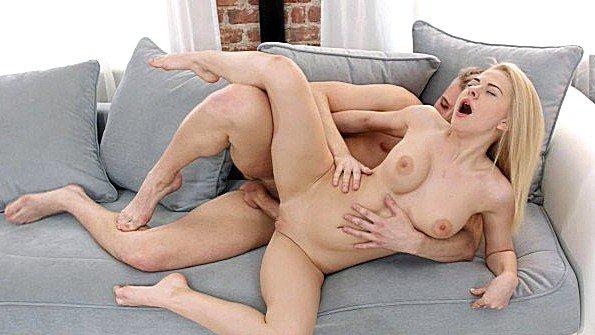 Горячая цыпочка трахается на диване со своим бойфрендом