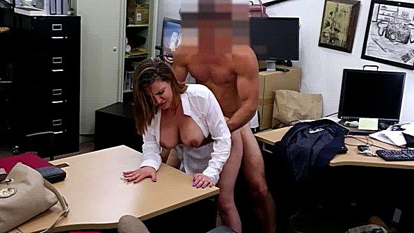 Зрелка грубо спаривается с продавцом ради оплаты товара сексом