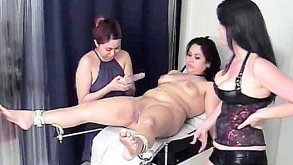 Пациентку жестко сковали на осмотре в клинике и доводят до экстаза