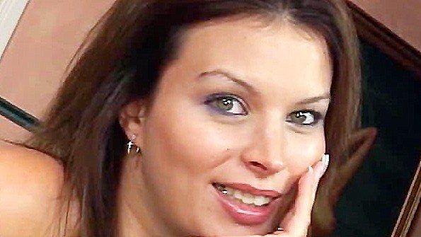 Леди за 30 здорово совратила сына на развратный секс с ней
