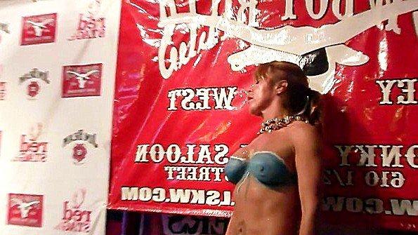 Грудастые девушки позируют перед публикой на грудном конкурсе