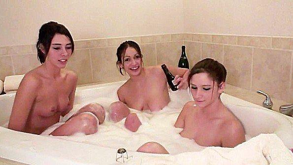 Три девицы пьют в пенной ванне и наслаждаются интимными ласками