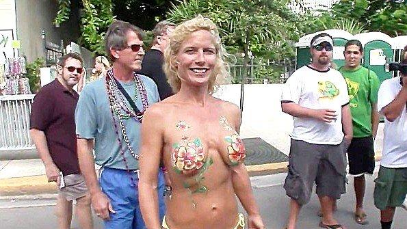 Любительницы расписывают тела краской и обнажают прелести на улице