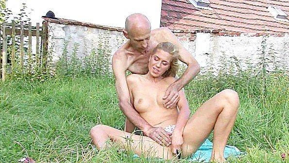 Старик готов по варварски оттрахать молодую сучку в траве за ее соблазн