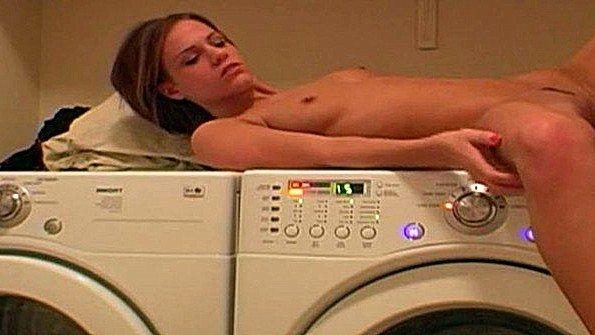 Девица залезла на стиральную машину и полирует пиздень