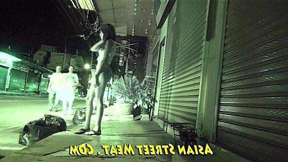 Тайская шлюшка агрессивно ебется с туристом после полученных денег