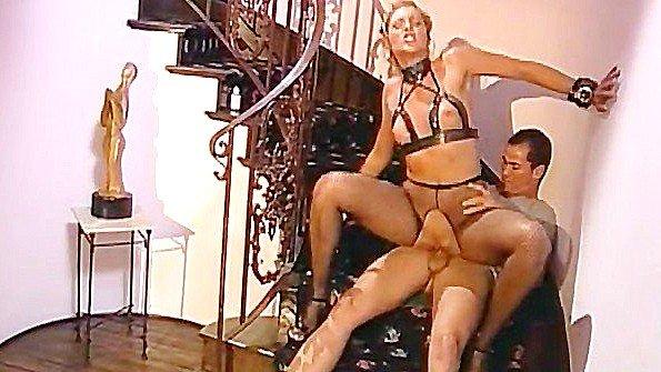Дама в сверх развратном белье жестоко ебется с любовником на лестнице