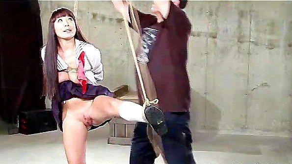 Связанную голую рабыню жестко стимулируют секс игрушкой