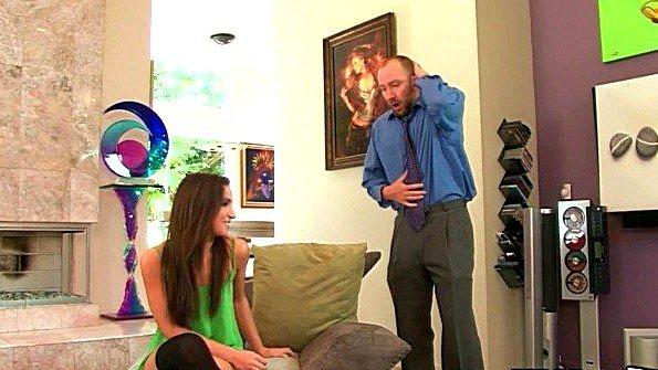 Отец разрешил дочери достать его хуй из штанов и начать сосать