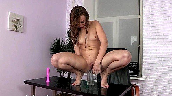 Секретарша трахает себя вибратором и ссыт в стакан прямо на столе